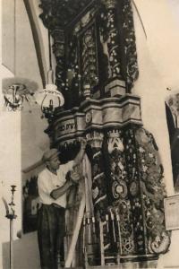 פסח בן אורי מצייר בבית הכנסת של הארי האשכנזי