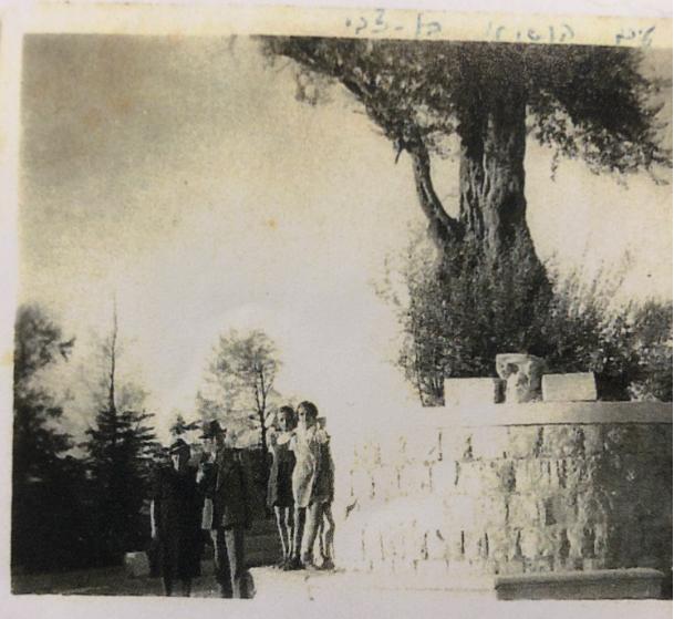 על המצודה בצפת. במרכז - הנשיא בן צבי ורעייתו שהגיעו לבית עבו לחפש את האבן של יסוד המעלה (יזכר לטאב מאן דמיטבתי), מימין ג'ולי וגלילה בן אורי