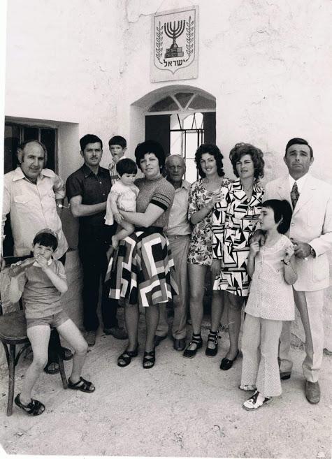 תמונה משפחתית בחצר בית עבו לאחר הטקס, שנות ה-70, משמאל אריה כהן, בנה של גולדה