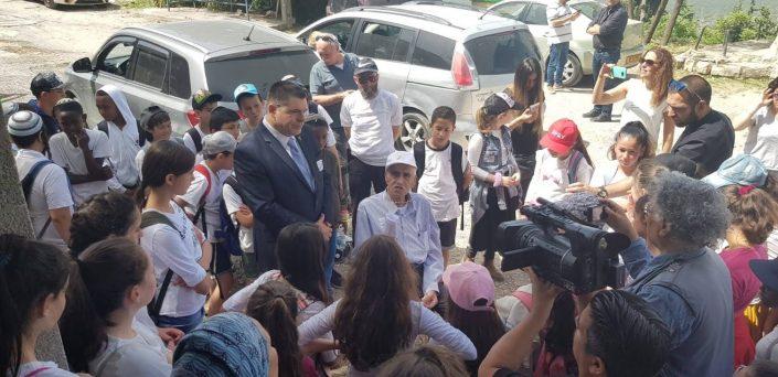 """מאיר המאירי יו""""ר עמותת ותיקי צפת מספר לילדי צפת סיפורי לוחמים"""