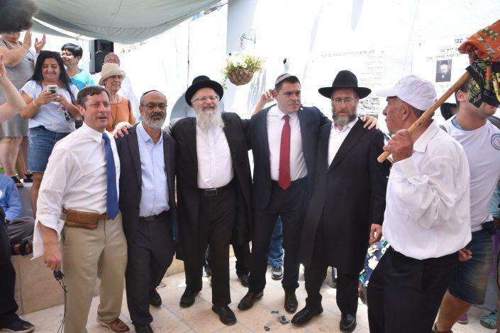 אורחי הכבוד בחצר בית עבו