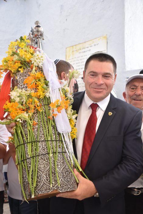 ראש העיר צפת מר שוקי אוחנה אוחז בספר התורה