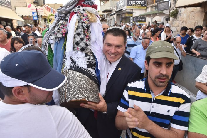 ראש העיר צפת שוקי אוחנה עם ספר התורה