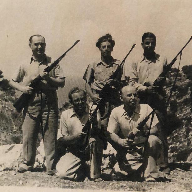חברים באגודת הציידים. מימין לשמאל יושבים רפאל עבו וזלץ. עומדים מאחוריהם משמאל לימין דוקטור ציפרוני (הרופא של צפת) באמצע פסח בן אורי ועל ידו הבן של קדוש. 1945-46