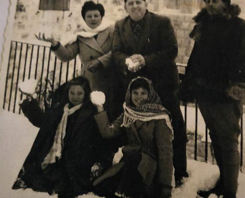 Winter is coming בן אורי מימין, רפאל ולורה עבו, יושבות בנות הדוד עצמונה עבו וצופיה בן אורי