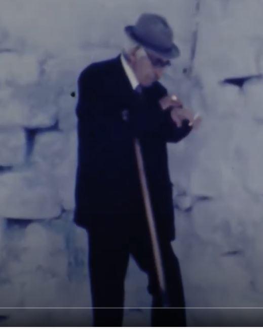 מר אוחנה 1985, ממתין לתחילת הטקס בבית עבו צפת