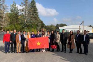 Đại sứ quán Việt Nam tại Thụy Điển đi thăm và làm việc với cộng đồng người Việt và doanh nghiệp tại thành phố Eskilstuna