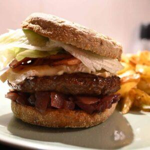 Hausgemachter Burger mit leckerem rotes Zwiebel-Chutney