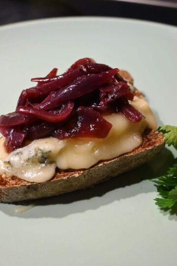 Brot mit Rotes Zwiebel-Chutney