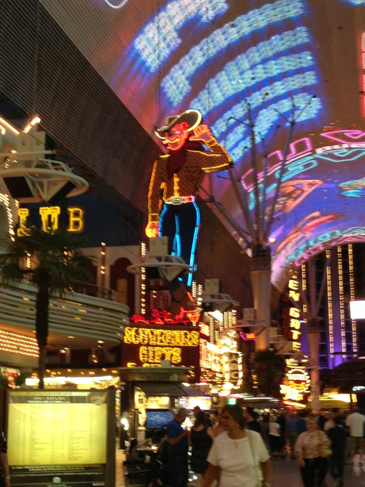 fremont-street-golden-nugget-cosmopolitan-hotel-las-vegas-things-to-do-travel-tips-blog-elle-blonde-luxury-lifestyle-destination-blog