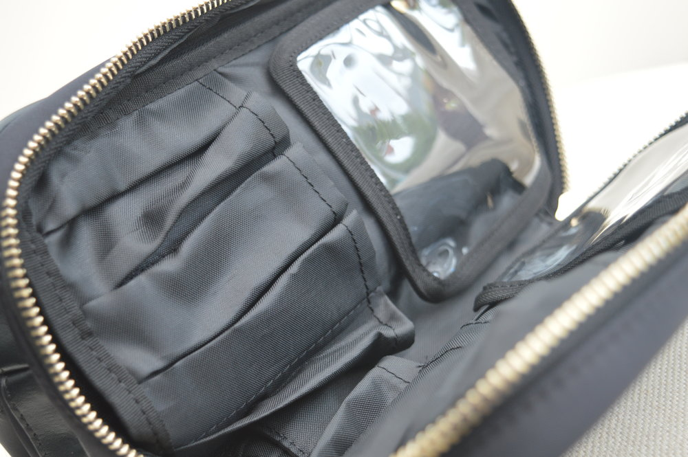 kinzd-cosmetic-organiser-wash-bag-black-and-gold-elle-blonde-luxury-lifestyle-blog-1