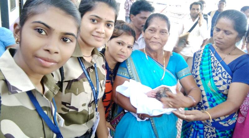 लोकल ट्रेन में महिला ने दिया बच्चे को जन्म, मां-बच्चा दोनों सुरक्षित