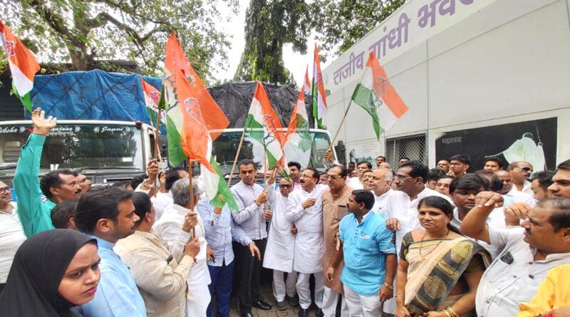 महाराष्ट्र बाढ़ पीड़ितों के लिए आगे आई मुंबई कांग्रेस, ट्रकों में भर राहत सामग्री की रवाना