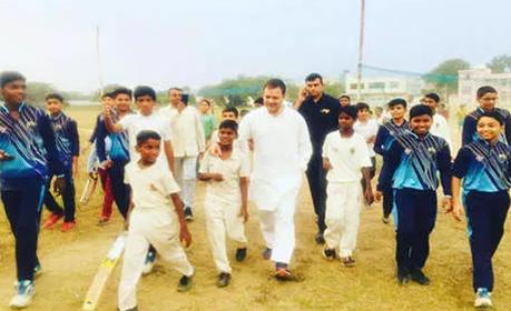 राहुल के हेलीकॉप्टर की इमरजेंसी लैंडिंग, बच्चों के साथ खेला क्रिकेट और सेल्फी भी ली