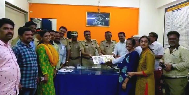 मुंबई: ३५ तोला सोने और कैश का बैग ऑटो में भूली तीन महिलाएं, ४८ घंटे में पुलिस ने किया बरामद