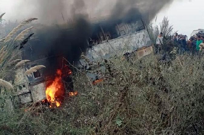 जौनपुर: बस-कार में टक्कर के बाद लगी आग, जान बचाने के लिए अफरातफरी में कूदे यात्री