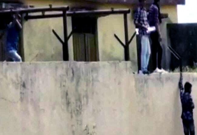 महाराष्ट्र के इस स्कूल में खुलेआम हुई नकल, 10वीं के छात्र दे रहे थे परीक्षा