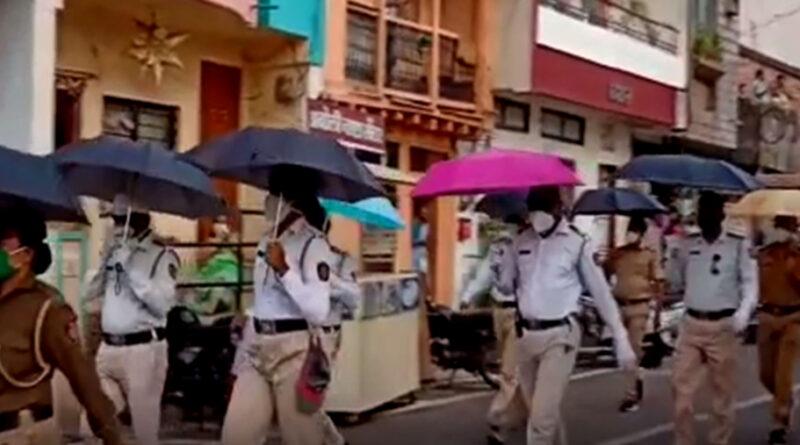 पुलिस का अनूठा आइडिया- सोशल डिस्टेंसिंग के लिए निकाला 'छाता मार्च'