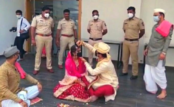 पुणे: लॉकडाउन के चलते पुलिसवालों ने करवाई शादी