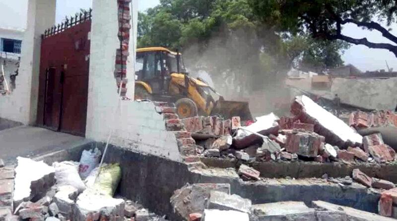 कानपुर: ढहाया गया कुख्यात अपराधी विकास दुबे का अवैध मकान, प्रशासन ने की कार्रवाई