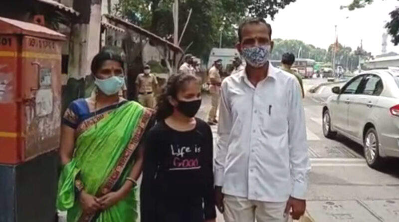 मुंबई: कर्ज के बोझ से परेशान किसान दंपत्ति ने सीएम के घर के बाहर दिया धरना, पुलिस ने लिया हिरासत में..