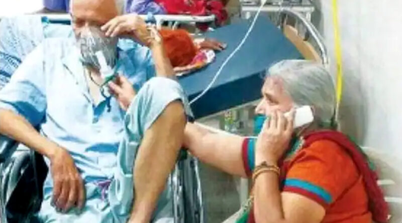संक्रमित पति का घंटों ऑक्सीजन मास्क पकड़े बैठी पत्नी, बोली- जब तक मै हूं आपकी सांस नहीं रुकने दूंगी!