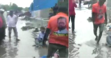शिवसेना विधायक ने ठेकेदार को सड़क पर बिठाकर, सिर पर कचरा डलवाया; वीडियो वायरल