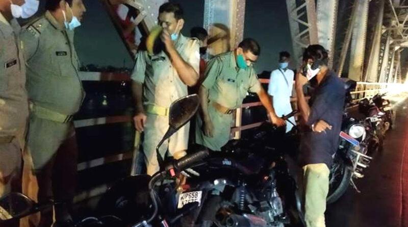 वाराणसी: राजघाट पुल से गंगा नदी में कूदे प्रेमी युगल! पुल पर मिली बाइक के आधार पर पुलिस कर रही छानबीन