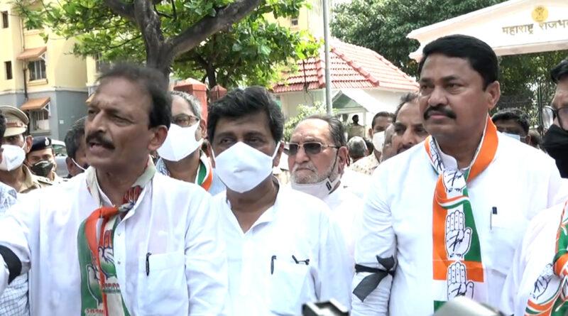 लखीमपुर खीरी में किसानों की हत्या के विरोध में राजभवन के सामने कांग्रेसी नेताओं ने किया मौन आंदोलन