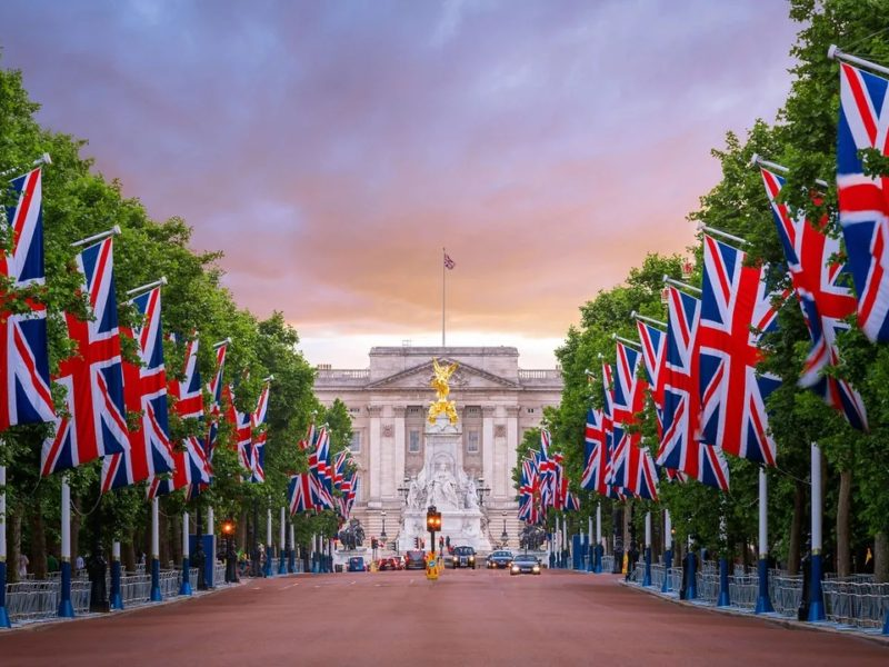 BUCKINGHAM PALACE : THE LONDON RESIDENCE OF THE MONARCH OF THE UK