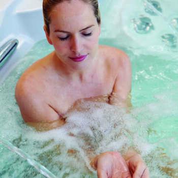 Donna in spa idromassaggio Astralpool
