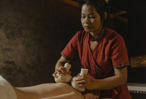 Massage thaï avec compresse chaude aux herbes