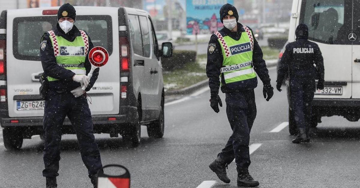 Hrvatska policija s maskama kontrolira propusnice