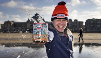 Den Haag , Scheveningen . Zeewater in een blik voor een alternatieve nieuwjaarsduik. Vanwege corona gaat de nieuwjaarsduik niet door. Mensen kunnen een blik toegestuurd krijg om thuis het water over het hoofd te gieten en zo het nieuwe jaar in te luiden. foto: Arie Kievit