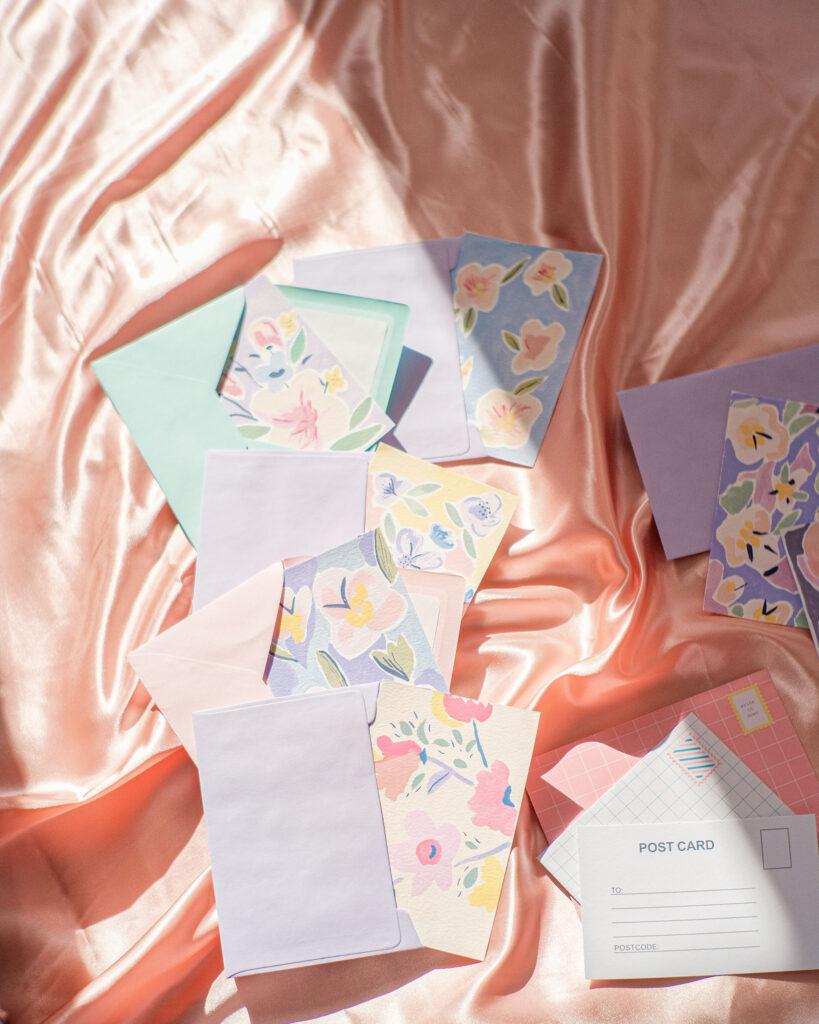 fotografía y estilismo de postales creativas florales y en color pastel hechas por mariamarie