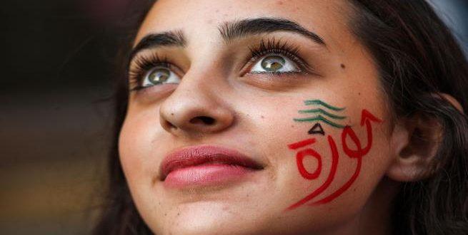 فتاة لبنانية في مظاهرة وسط بيروت (22/10/2019/فرانس برس)