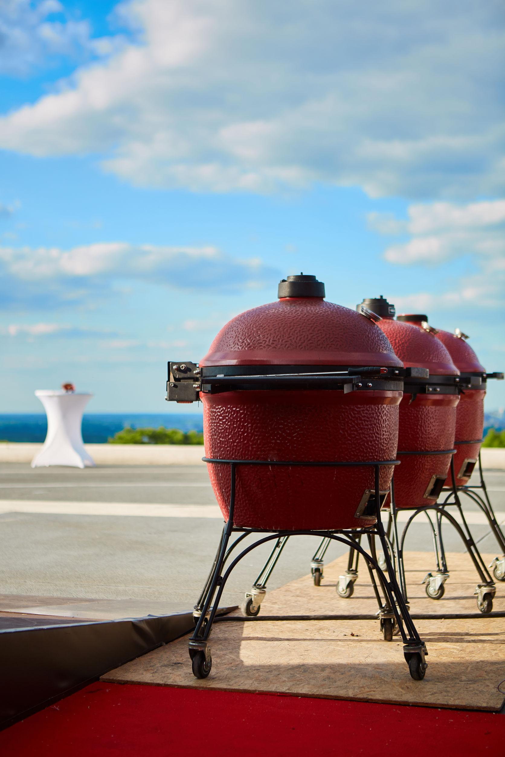 What's the Difference Between a Kamado Grill and a Conventional Charcoal Grill?