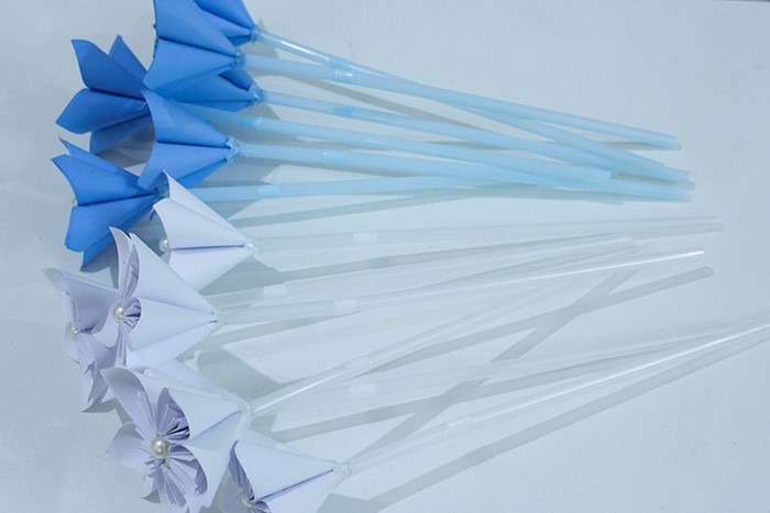 Now the paper flowers are ready and we must arrange them nicely to create the bouquet