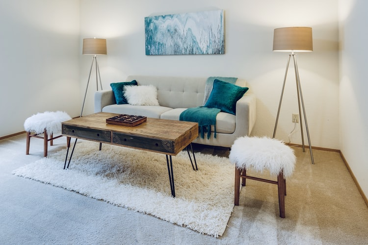 Simple yet chic and welcoming living room decor