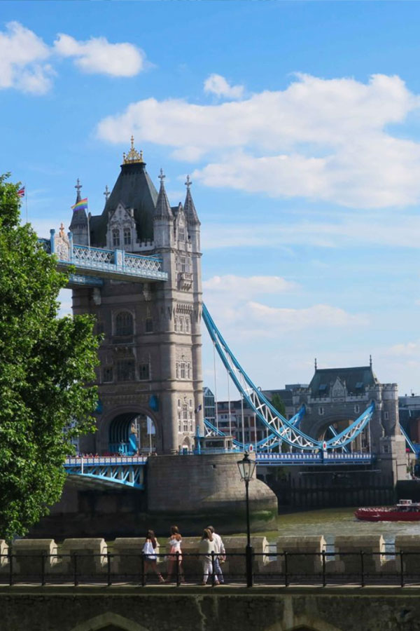 london bridge tourist picture