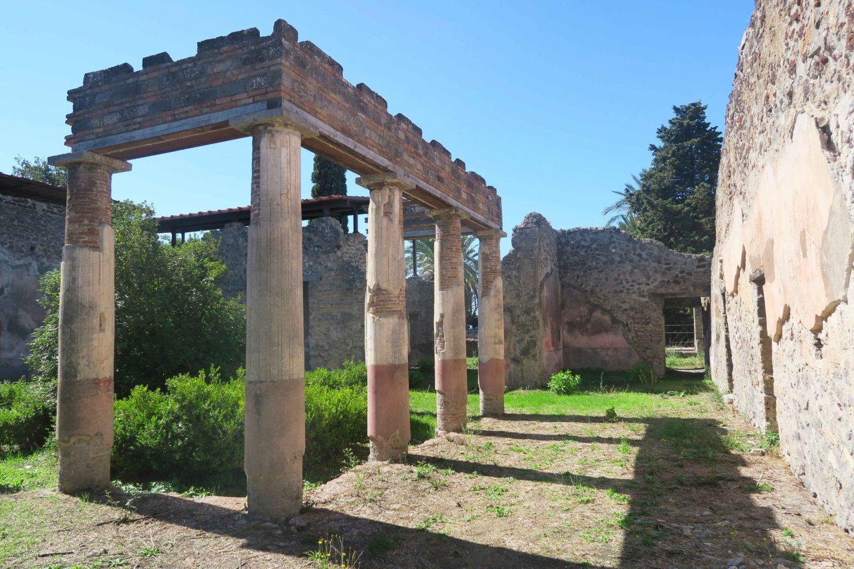 pompeii building ruins in italy
