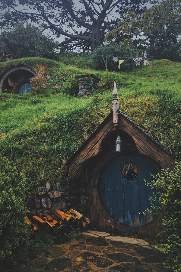 hobbit hole in hobbiton in new zealand