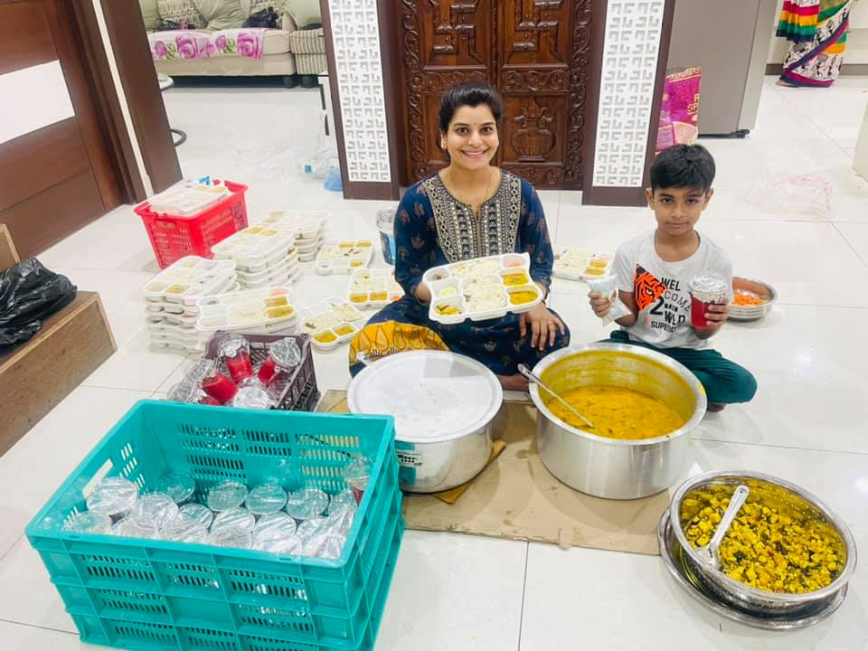 Women cook food and distribute free to Covid patients