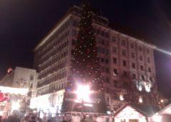 Najveća jelka postavljena na Trgu otvorenog srca a malo manja na Slaviji