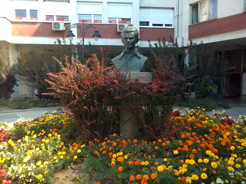 Spomen bista Ive Lole Ribara u Mladenovcu