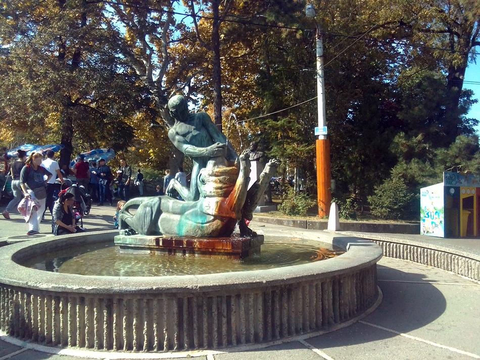 Skulptura i fontana Herakle ubija nemejskog lava u Beogradu