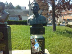 Spomen bista Milosavu Vlajiću u Mladenovcu
