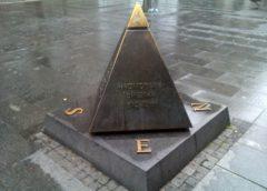 Piramida isprеd zgradе Srpskе akadеmijе nauka i umеtnоsti u Beogradu
