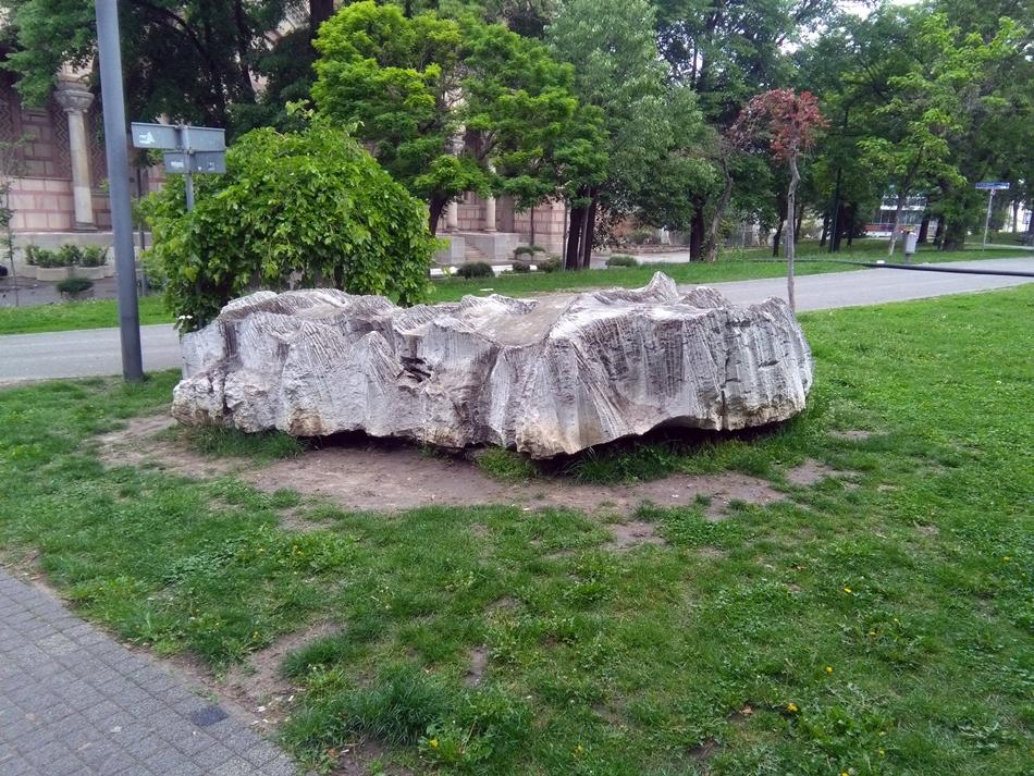 Skulptura bez naziva na Tašmajdanu