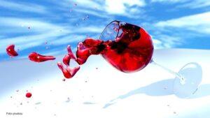 Crveno vino teče iz slavina za vodu u italijanskom selu